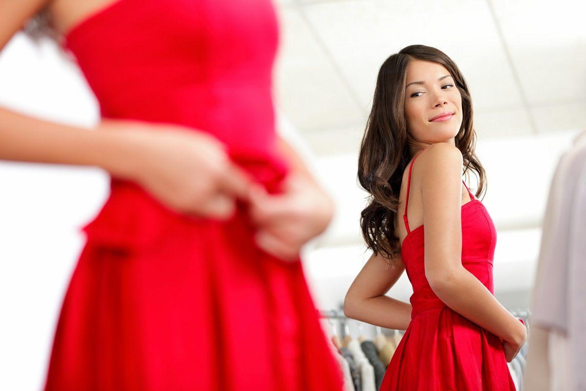 Девушка Одевает Красное Платье