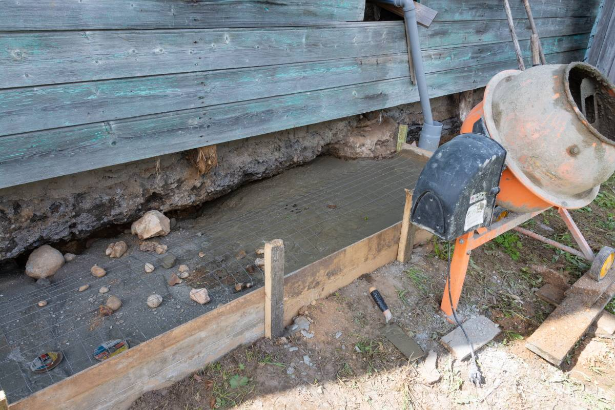 Почему отмостка из бетона или плит не нужна