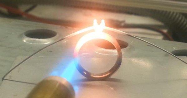 Если не знаешь, какое обручальное кольцо выбрать, возьми пример с этого парня!