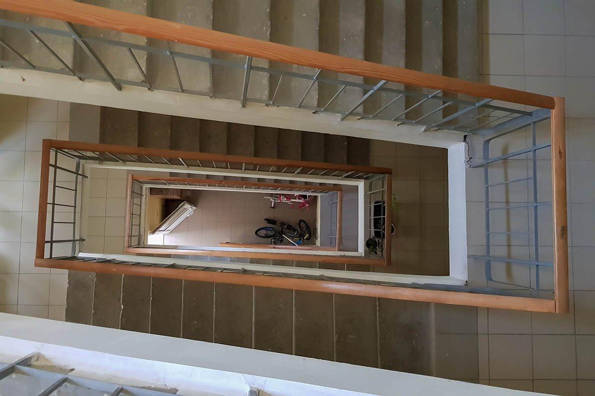 Когда не работает лифт, а в руках тяжелые сумки, поднимаюсь на восьмой этаж необычным способом дыхание, нужно, поможет, способом, чтобы, просто, очень, сделать, который, всего, сбитое, лучше, одышка, живот, ступеньку, ногой, Затем, здорово, несколько, сделай