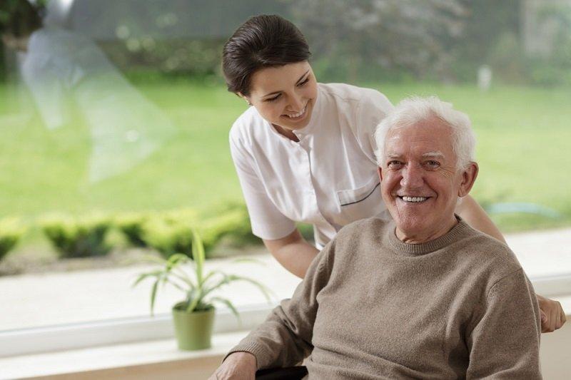 Отдавать ли пожилого родителя в дом престарелых. Что делать, если нет возможности за ним ухаживать?