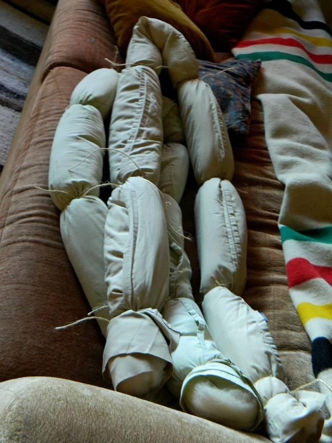 связывать девушек одеялом