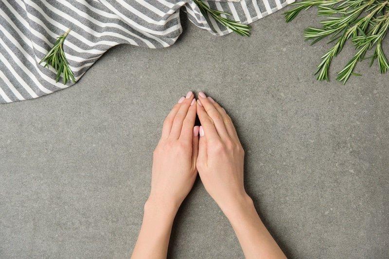 кожа рук белеет