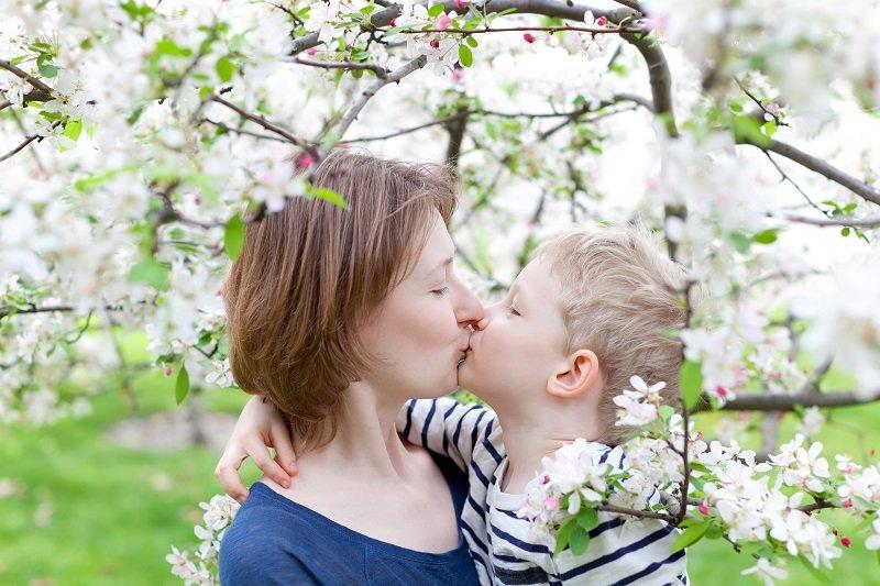 нормально ли целовать детей в губы