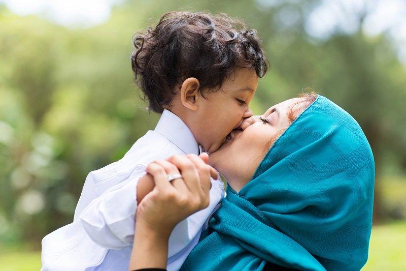 почему не нужно целовать маленьких детей в губы
