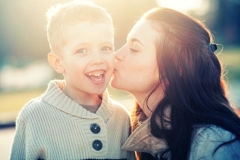 целовать маленького ребенка