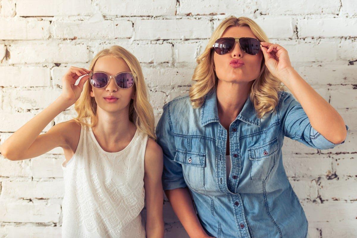 мама з дочкою в окулярах