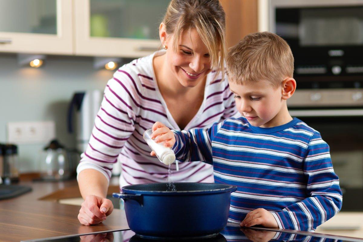 мама з сином готує обід