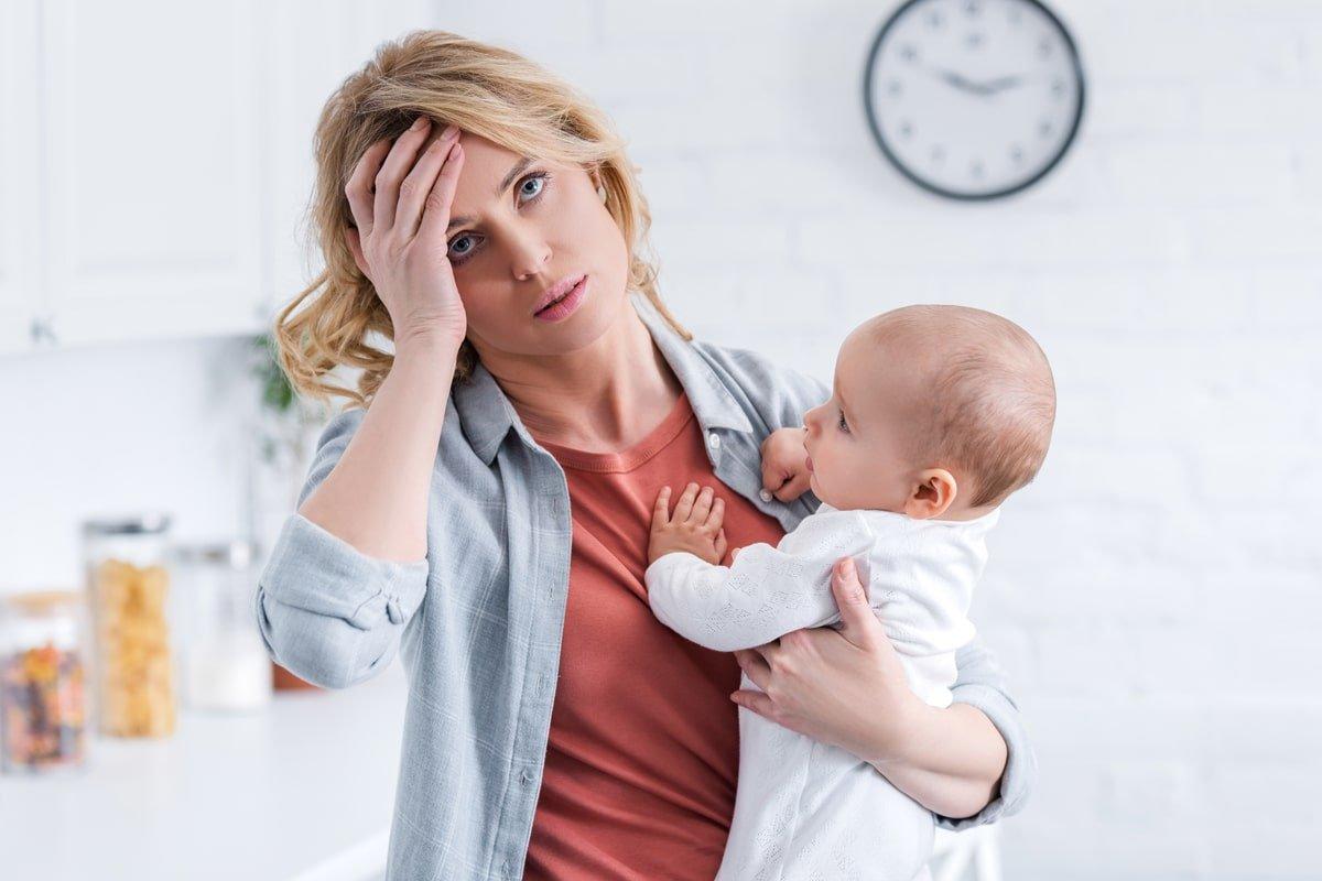 втомлена мама з дитиною