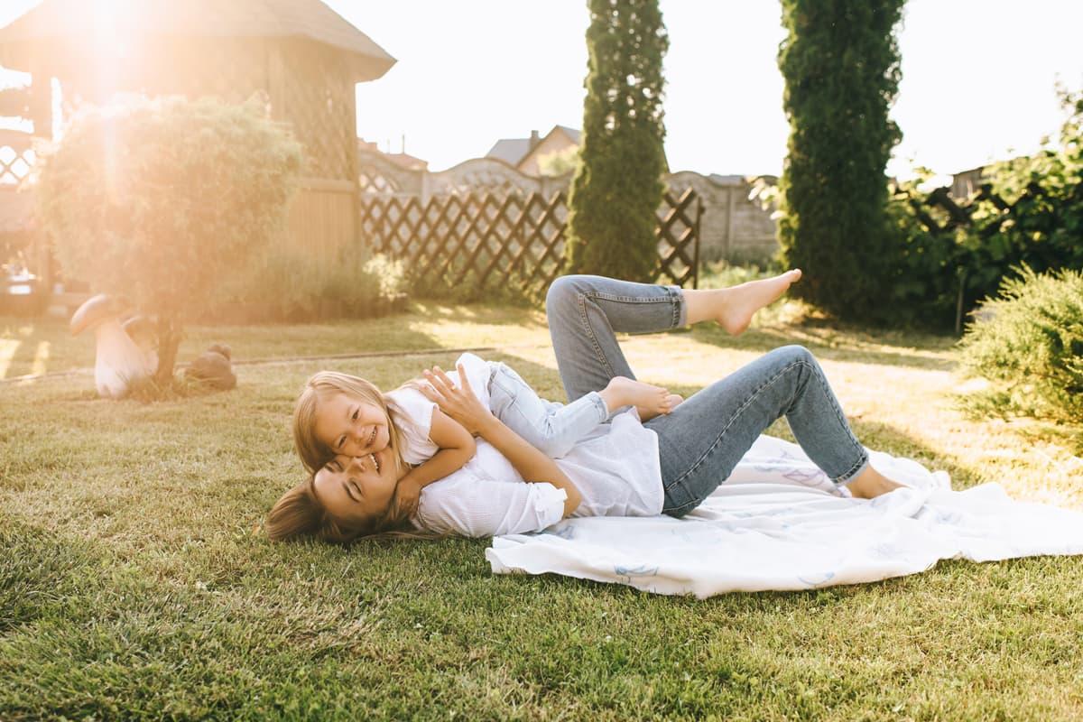 мама з донькою на траві