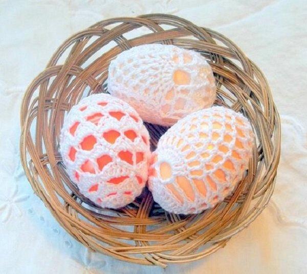 яйца, узорно обвязанные крючком