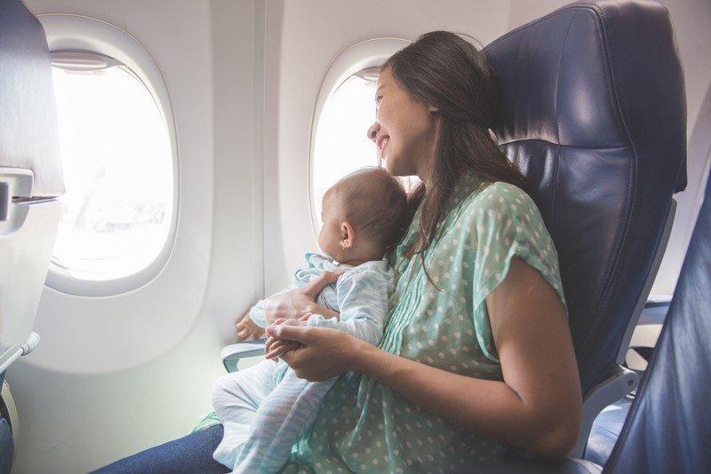 дети в самолете уши