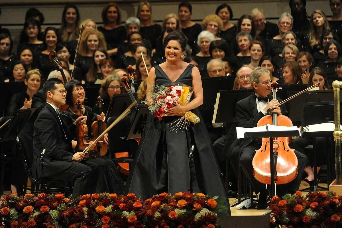 Анна Нетребко упрямится и не желает петь в маске, а поклонники скучают без нее