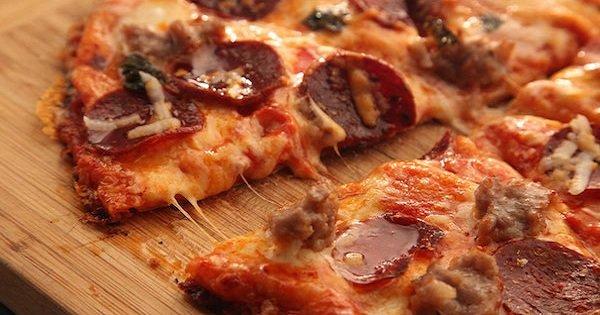 Экспресс-рецепт вкусной пиццы из 3 ингредиентов. 10 минут и блюдо готово.