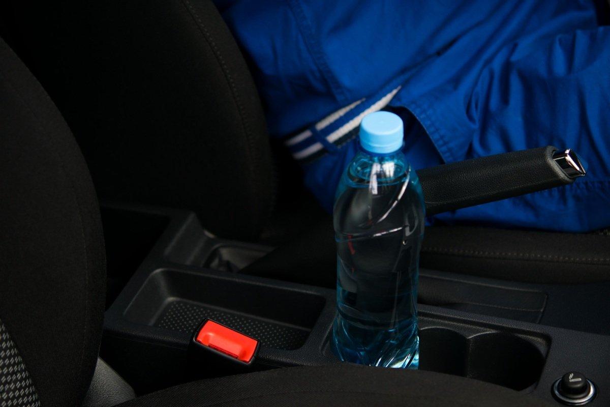 пластиовая бутылка в машине