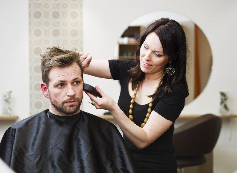 стричь волосы мужчине