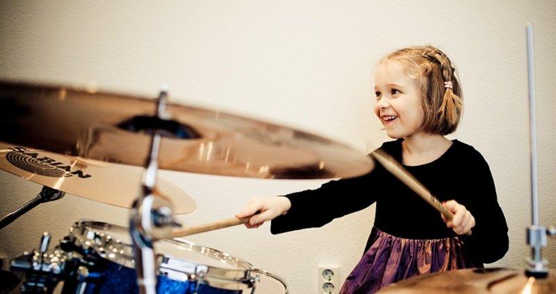 девочка за барабанами
