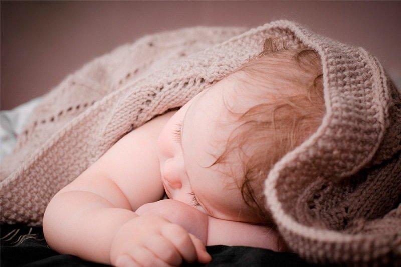 почему ребёнок сильно потеет во время сна