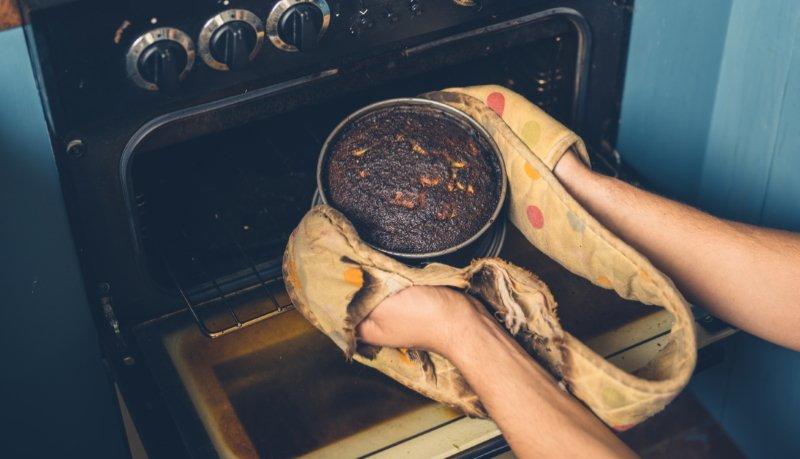 подгоревший пирог