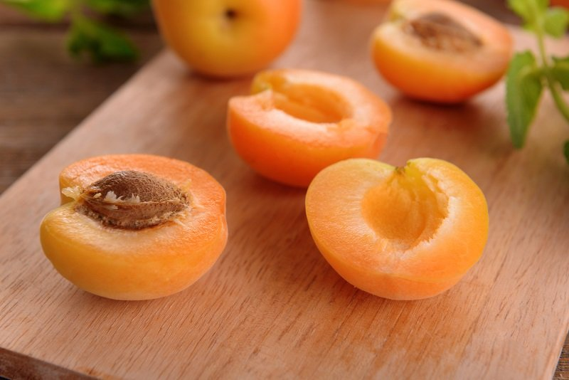 Предупредил всех домашних: «Косточки от абрикосов не выбрасываем!» Внимание, проходит пора абрикосов, в которых есть бесценные ядра.