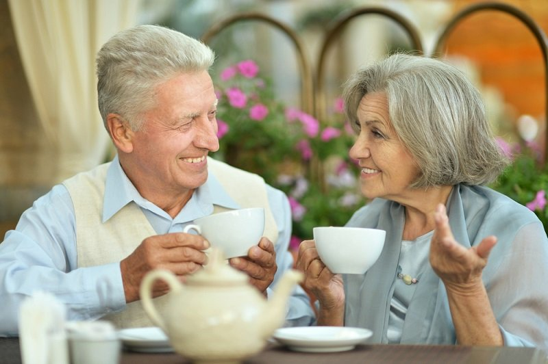 starší ľudia a káva