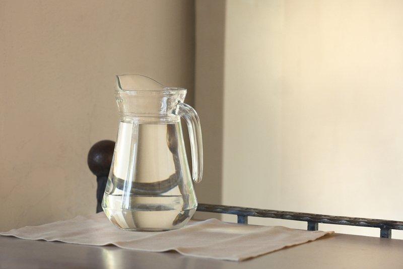 Вот почему индийские монахи и все стройные женщины пьют натощак именно кипяченую воду (горячую), а не сырую