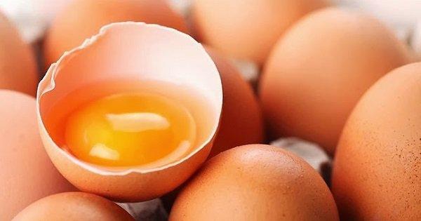 Богатейший источник жизненно важных элементов: польза яичного желтка для организма.