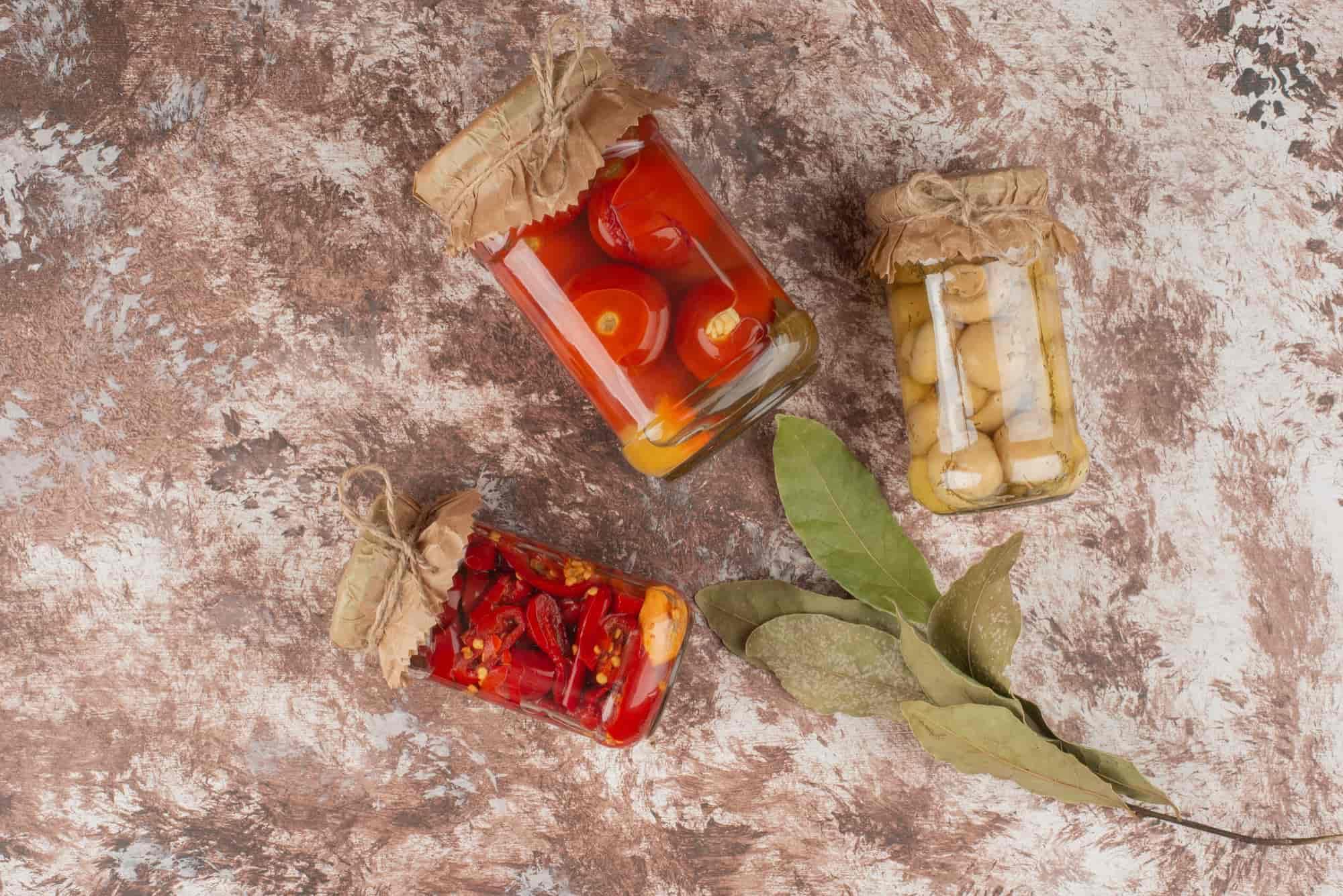 Жена любовника закатывает помидоры правильно, старательная огородница