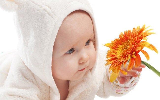ребенок с цветком