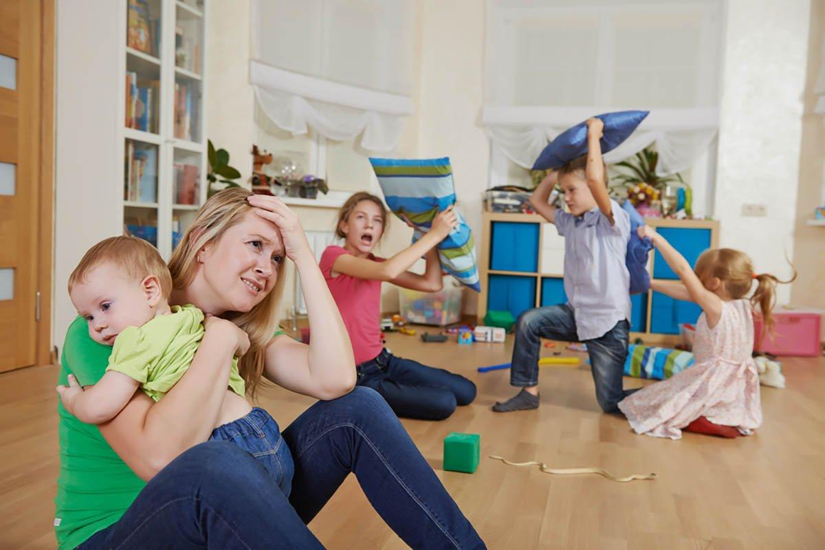 В магазине увидела, как двое детей сидят на полу в проходе и жуют печенье, которое сами открыли, а мать и в ус не дует