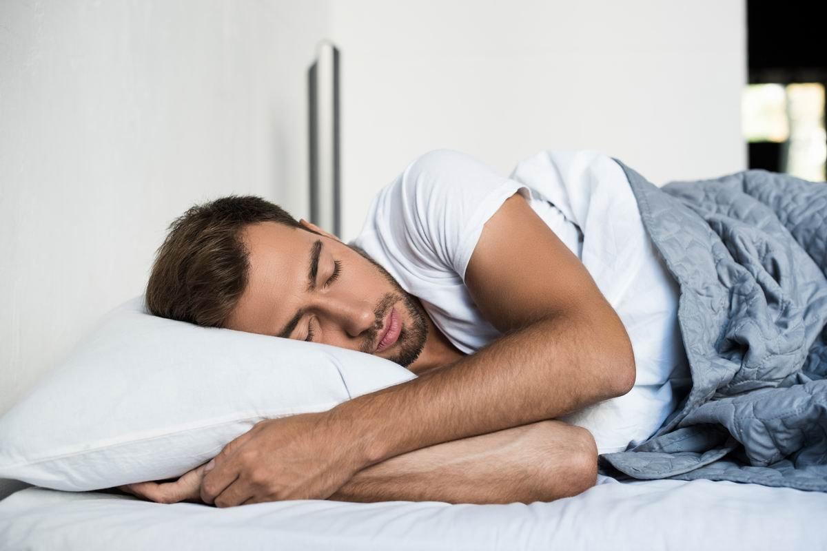 Что будет, если спать в обнимку с подушкой постоянно