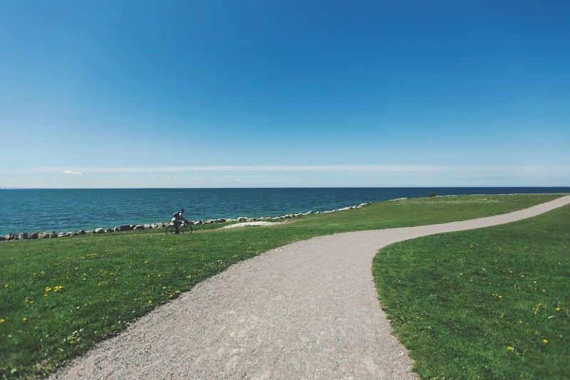 велосипедист на берегу