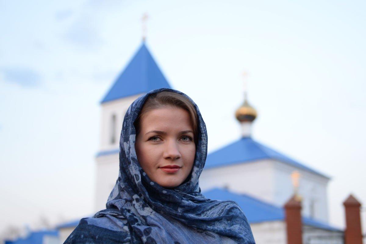 Почему женщины резко срывают платки, оказавшись за воротами церкви
