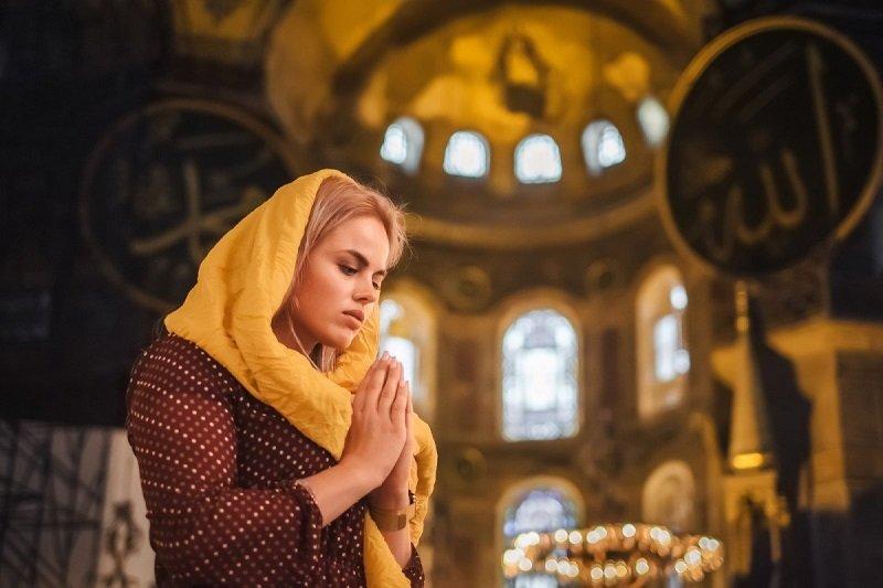 женщины молятся