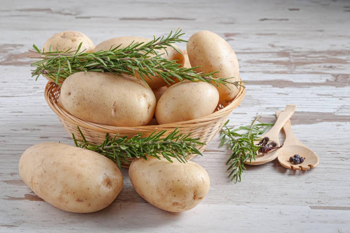 Чищу картофель в мундире одним движением, научилась варить правильно