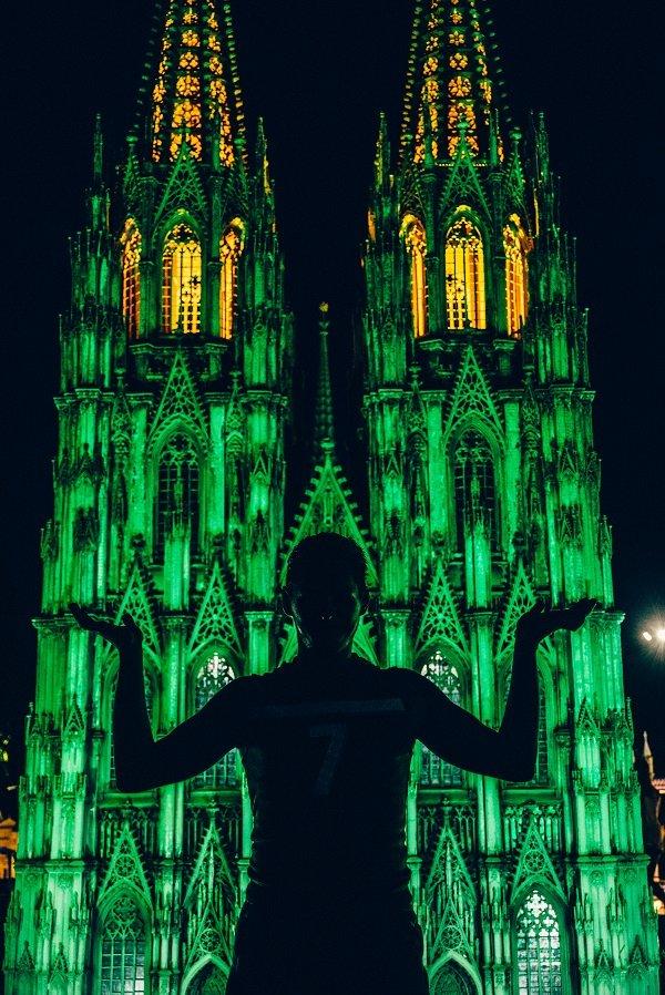человек на фоне собора