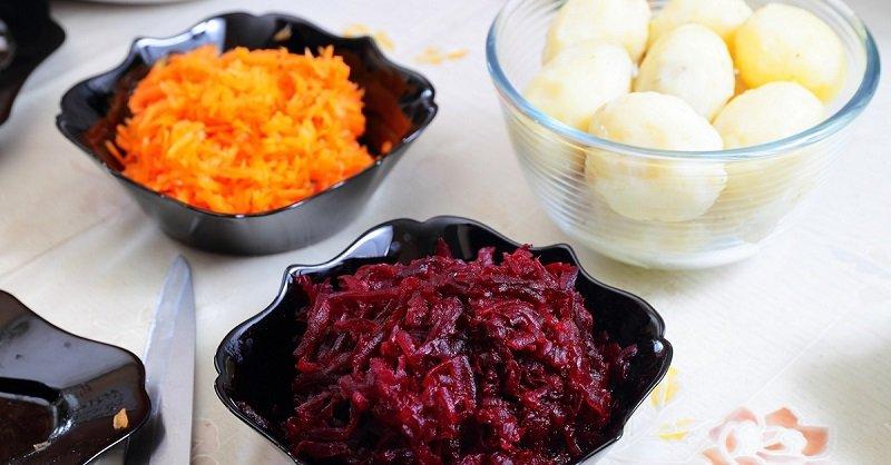«Шуба» для тех, кто не выносит сельдь: слоистый салат из свеклы и курицы, больше ничего не нужно