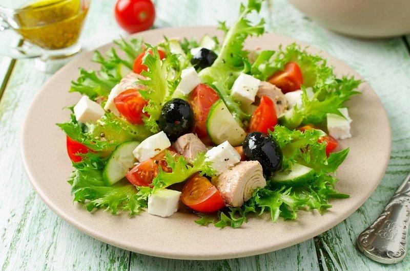 простой салат с тунцом и яйцом