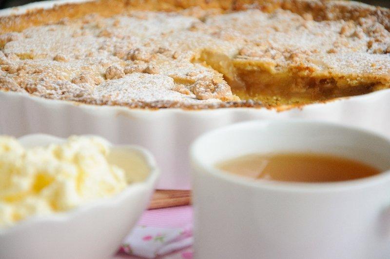Большой, основательный и сытный яблочный пирог создает ощущение уюта