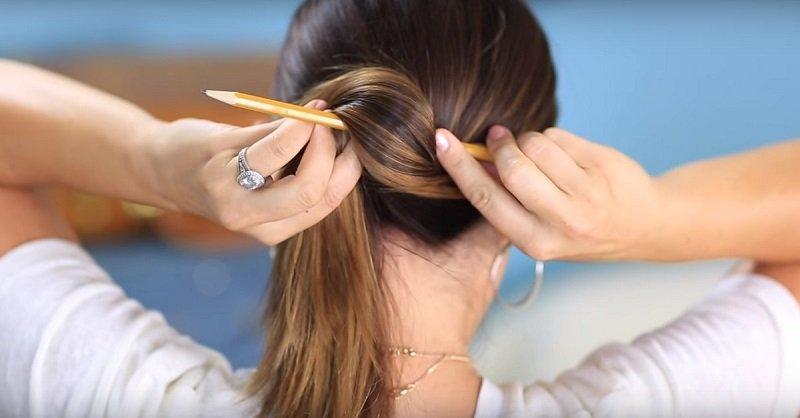 волосы закручивают карандашом