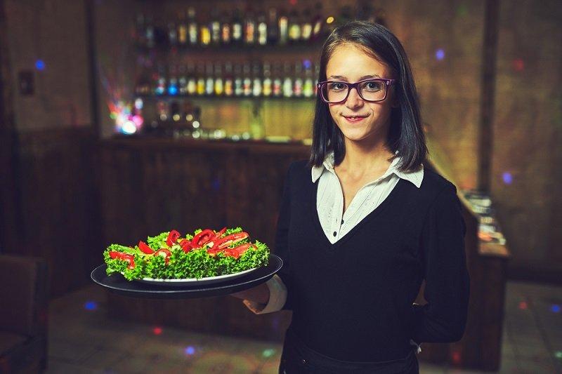 официантка с заказом фото