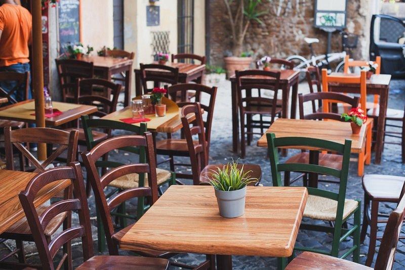 стулья в кафе