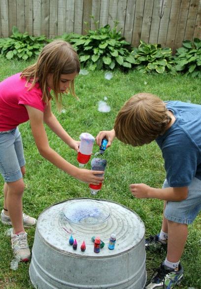 дети с пластиковыми бутылками