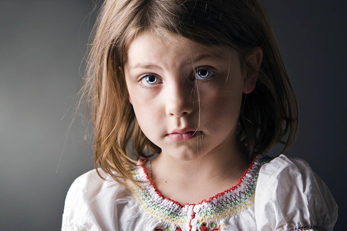 грустная девочка