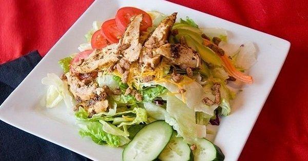 Не нажирайся на ночь! 5 простых идей салатов для легкого ужина.
