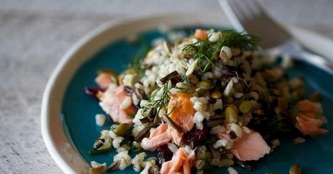 салат с рисом и лососем