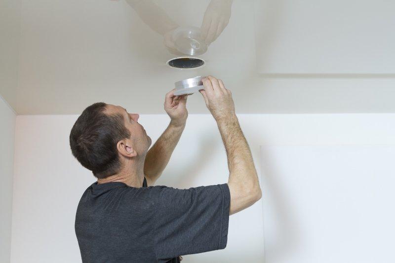 натяжной потолок провисает от жары