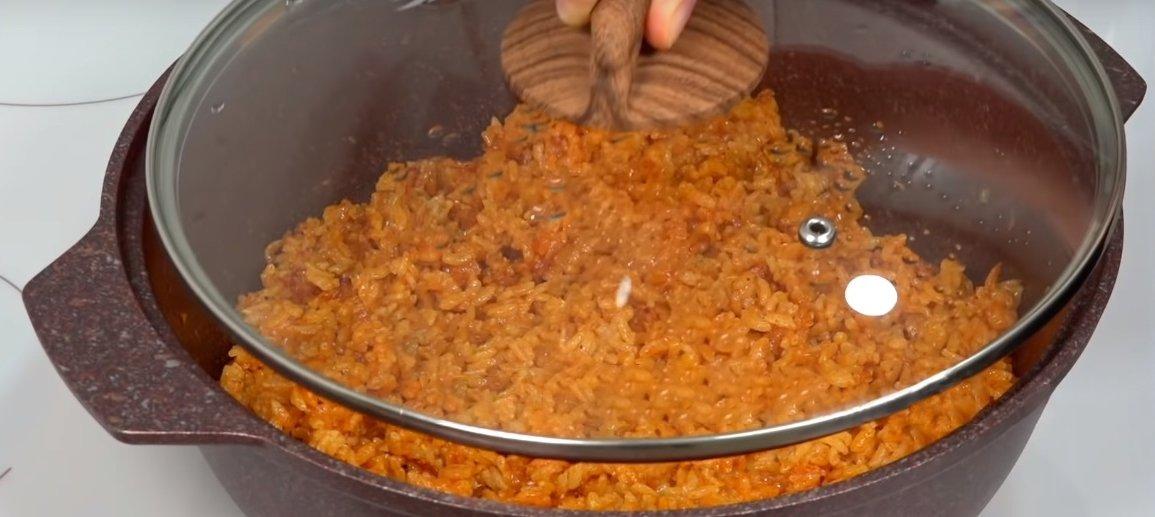 рис в томатной пасте на сковороде