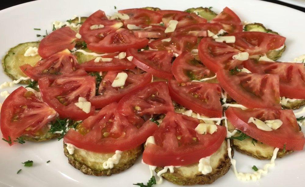 салат из жареных кабачков и помидоров