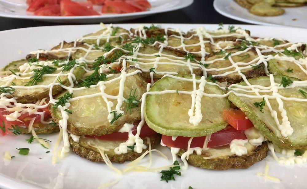 салат из жареных кабачков и помидоров слоями